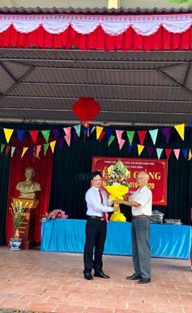 Hội khuyến học và Hội cựu giáo chức tặng hoa chúc mừng
