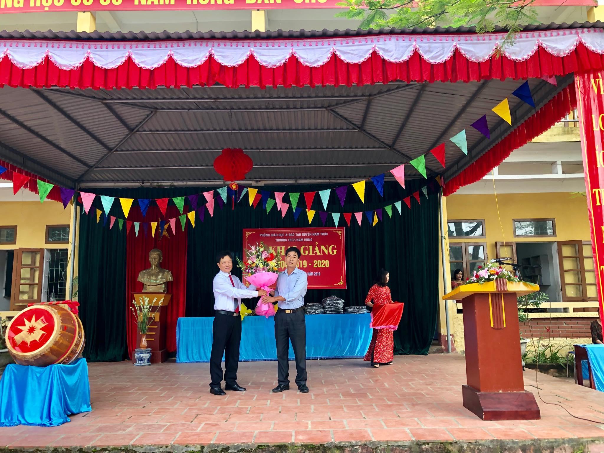 Đại diện lãnh đạo xã Nam Hùng phát biểu và tặng hoa chào mừng nhà trường