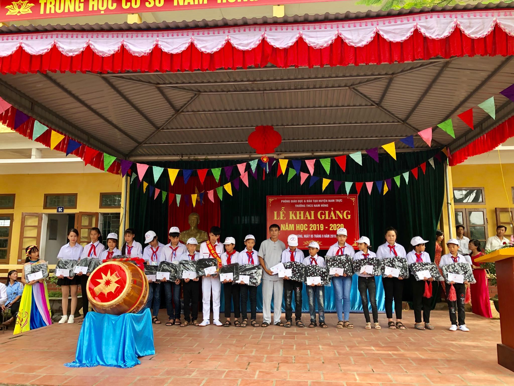 Tín đồ Phật tử chùa Thọ tung tặng học bổng và quà cho 20 học sinh Giỏi, vượt khó
